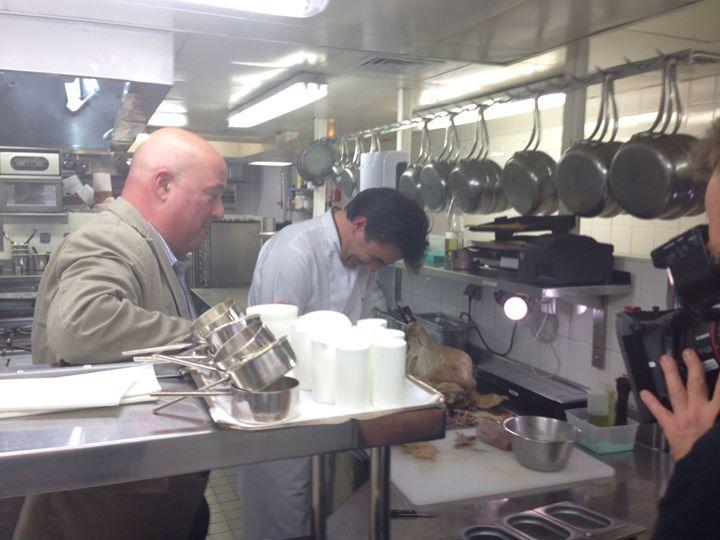 """En tournage pour l'émission """"Bizarre Foods"""" avec le chef Yannick Alléno au Pavillon Ledoyen"""